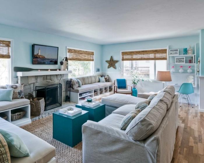 aménagement de salon à deco marine, pièce aux murs bleu pastel et plafond blanc aménagée avec meubles bois