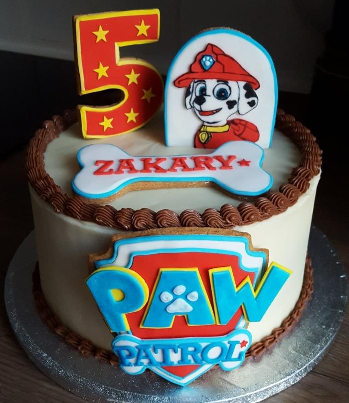 gâteau artistique à déco inspirée de pat patrouille, glaçage blanc, image de chien 3d, logo