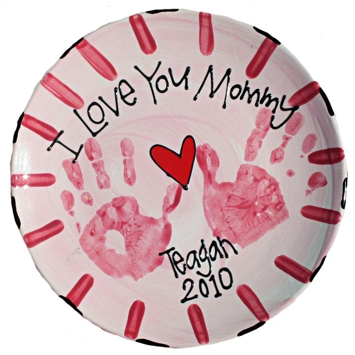 une assiette en céramique personnalisée avec des empreintes de mains, cadeau fête des mères à fabriquer soi-même
