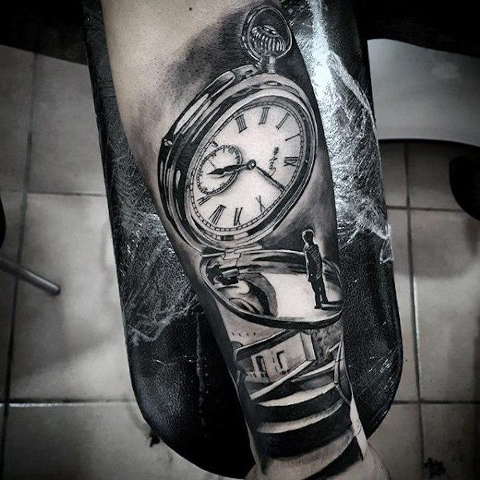 symbole tatouage, petit garçon et boussole, être sur une croisée de chemins, quel chemin prendre, dessin interessant de tatouage