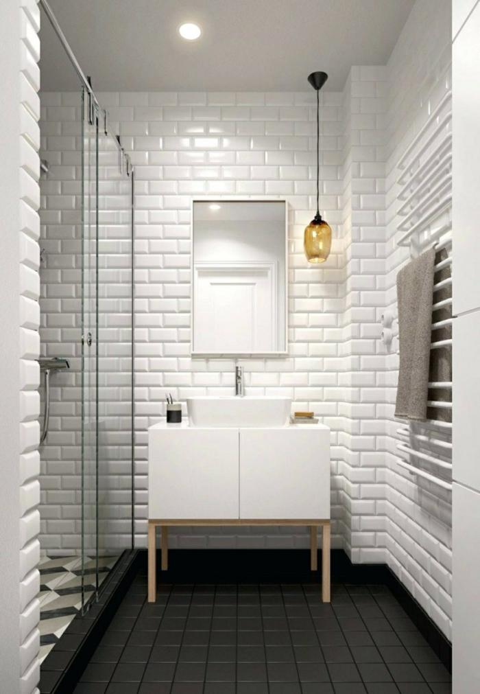 salle de bain look noir et blanc avec le carrelage métro, lampe pendante, miroir rectangulaire, meuble sous vasque blanc