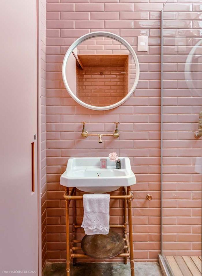 miroir rond cadre blanc, petite vasque vintage, carrelage metro couleur rose, faience salle de bain rose