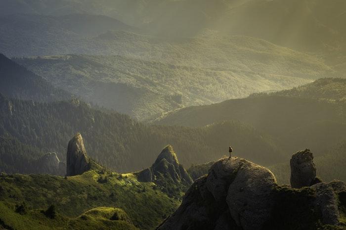 Magnifique paysage montagne ile paradisiaque, fond d'écran paysage, la beaute de la nature, verdure autour vue à voir une fois dans la vie au moins