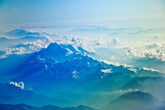 Les montagnes vue de haut, nuages et sommets enneigés, endroit paradisiaque, fond d'écran islande paysage, photographie moderne