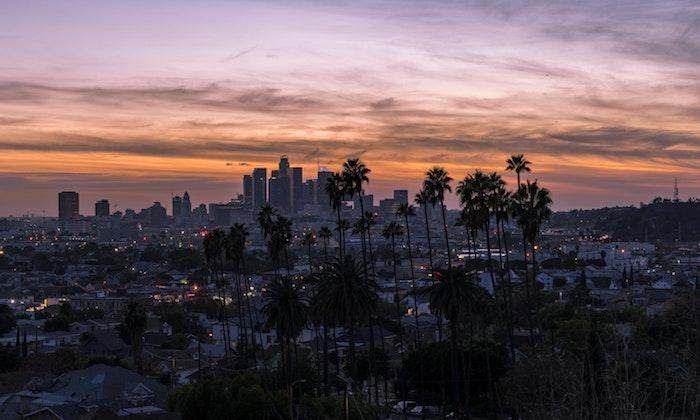 La ville de LA au coucher de soleil, palmiers hautes, couleurs belles, grattes ciel, ville amerique