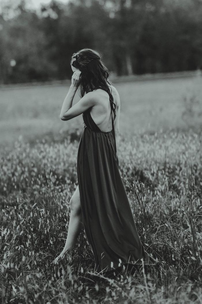 Noir et blanc photo, belle robe blanche longue, comment porter des robes, robe longue pour femme demoiselle d'honneur