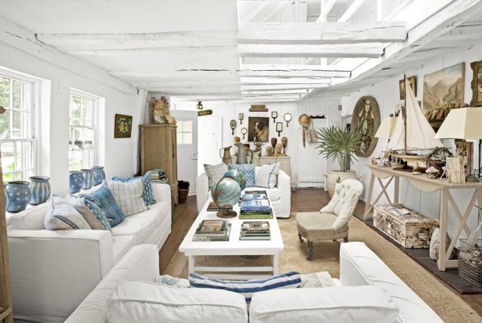 comment décorer un salon blanc avec meubles et objets en bois, exemple de déco marine avec coussins bleus