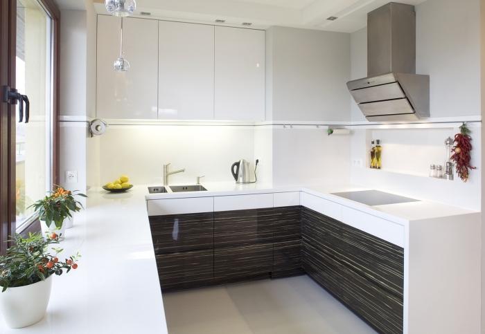 exemple de cuisine petit espace, déco de cuisine en blanc et noir, aménagement cuisine petite surface blanche