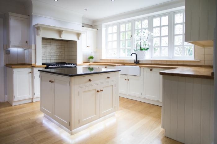 comment aménager une cuisine avec ilot central en forme de U, idée design intérieur rustique dans une cuisine blanc et bois