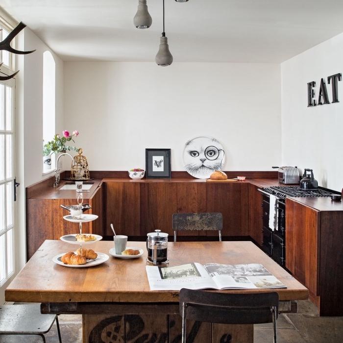 idée aménagement cuisine, décoration cuisine aux murs blancs avec meubles et plan de travail en bois foncé