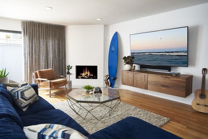 exemple de design intérieur marin dans un salon blanc et bois, objet de déco sur thème surf, comment aménager une maison de plage