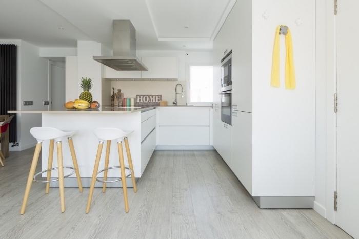 design intérieur minimaliste dans une cuisine blanche avec plancher bois, idée cuisine équipée pas cher en blanc