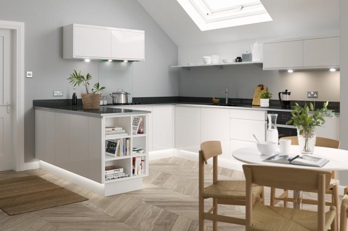 aménagement cuisine sous pente, modèle de cuisine équipée pas cher en gris et blanc avec plan de travail en noir