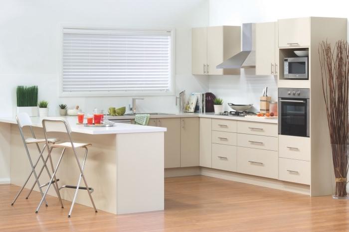 implantation cuisine ouverte avec îlot, déco de cuisine en blanc et beige avec parquet bois, couleurs cuisine avec fenêtre