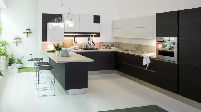 cuisine en u avec ilot, déco de cuisine en blanc et noir avec crédence et plan de travail beige, déco avec plantes vertes