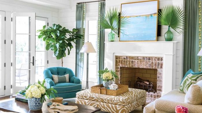 idée decoration bord de mer pas cher, aménagement de salon en style jungalow et bord de mer avec plantes vertes