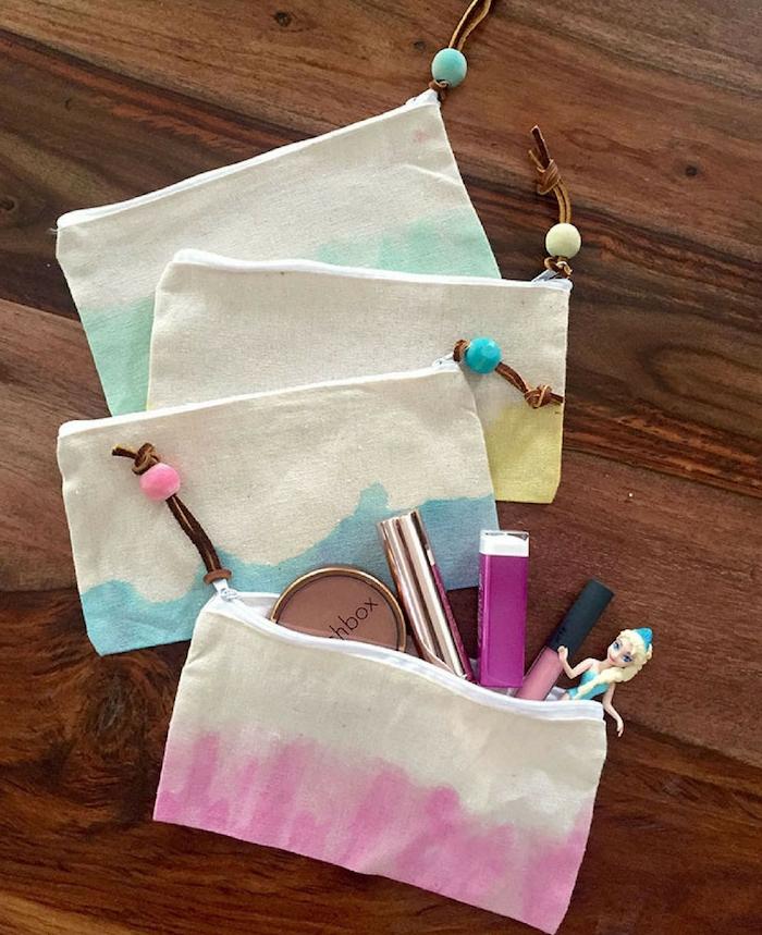 trousse maquillage personnalisée en tissu coloré avec toute sorte de maquillage et produits beauté à l intérieur