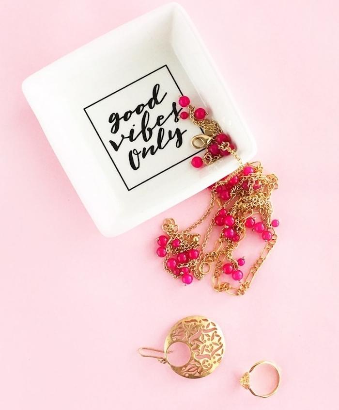 cadexemple cadeau pour nounou, porte bijou petite coupelle blanche décorée à lettres noires et bijoux autour