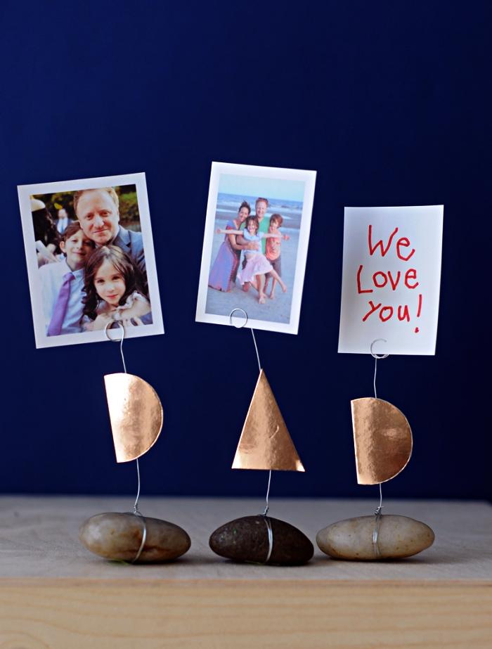 bricolage fête des pères facile, comment faire un porte-photo avec galet à l'occasion de la fête des pères