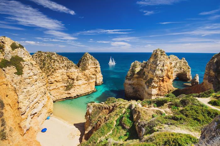 Algarve fond d'écran paysage, magnifique nature, les plus beaux endroits de portugal belle bue océan et bateau avec blanches mâts