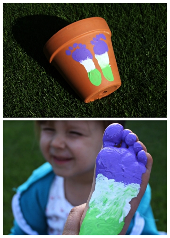 customiser un pot en terre cuite avec des empreintes de pieds, activité fête des mères à faire avec les tout petits