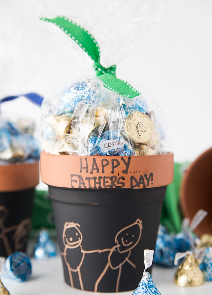 pot terracota repeint de peinture tableau noir avec joyeuse fete des peres et sac rempli de bonbons idée cadeau fête des pères fait main