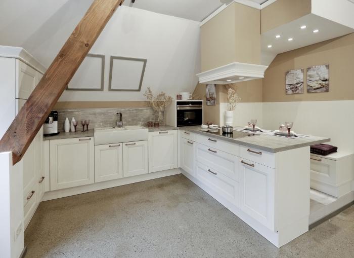 design intérieur rustique dans une cuisine blanc et beige avec accents bois, idée crédence de cuisine imitation bois