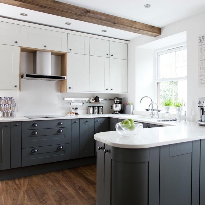design intérieur moderne dans une cuisine en U blanche, idée cuisine blanc et noir avec accents en bois foncé
