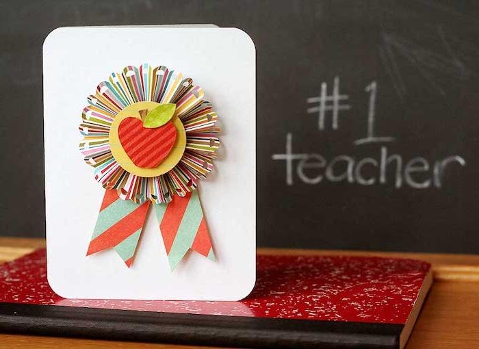decoration maitresse numéro, prix meilelure maitresse avec emblème pomme rouge en feutrine, carte maitresse originale à faire en maternelle