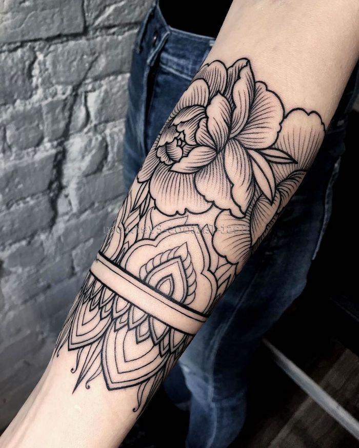 idee de tatouage fleur femme sur manchette, fleur et autres éléments floraux à l encre noire