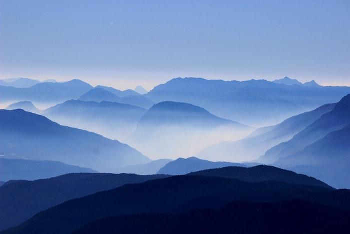 La mer des montagnes paysage fantastique, les plus belles photos du monde, une photo insolite avec la brouillard de matin