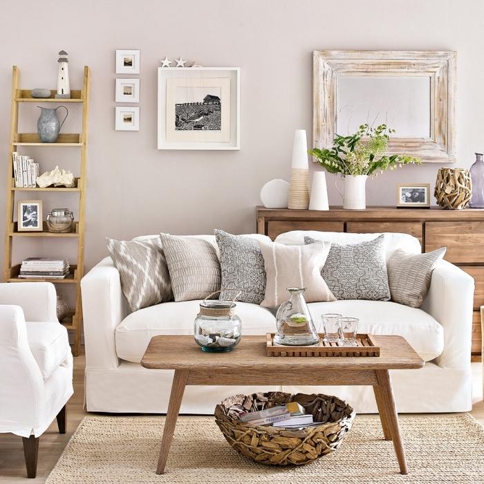 salon à deco mer avec objets et meubles bois, aménagement salon aux murs beige avec mobilier bois clair et foncé