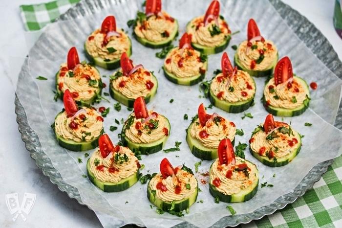 amuse bouche rapide pour apero dînatoire, bouchées apéritives de concombre au houmous maison et tomates