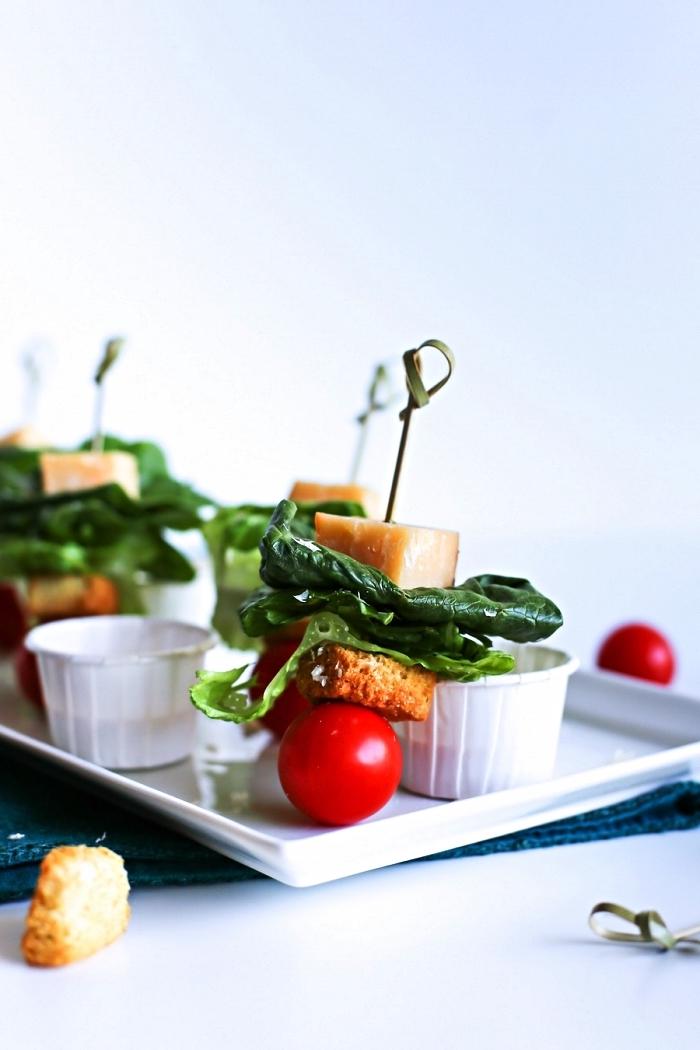 recette facile de brochette pour un aperitif dinatoire froid sans cuisson, brochettes apéritives façon salade caesar de tomates cerises, croûtons et