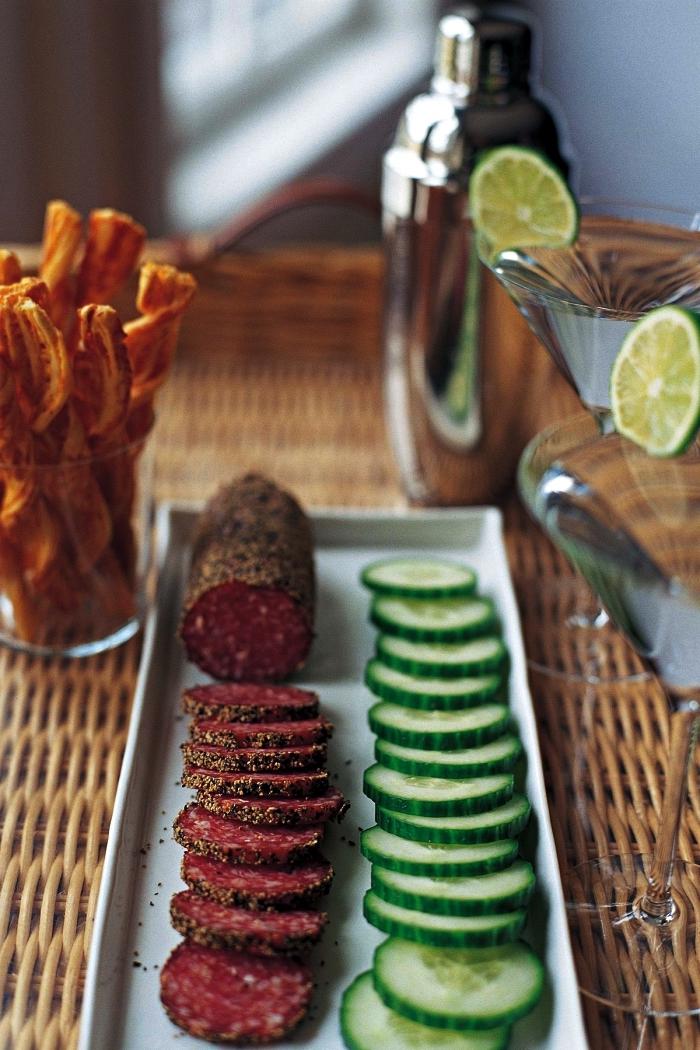 plateau de rondelles de concombre et de salami aux épices en apéro dînatoire, idées de recettes pour un apéro dînatoire express