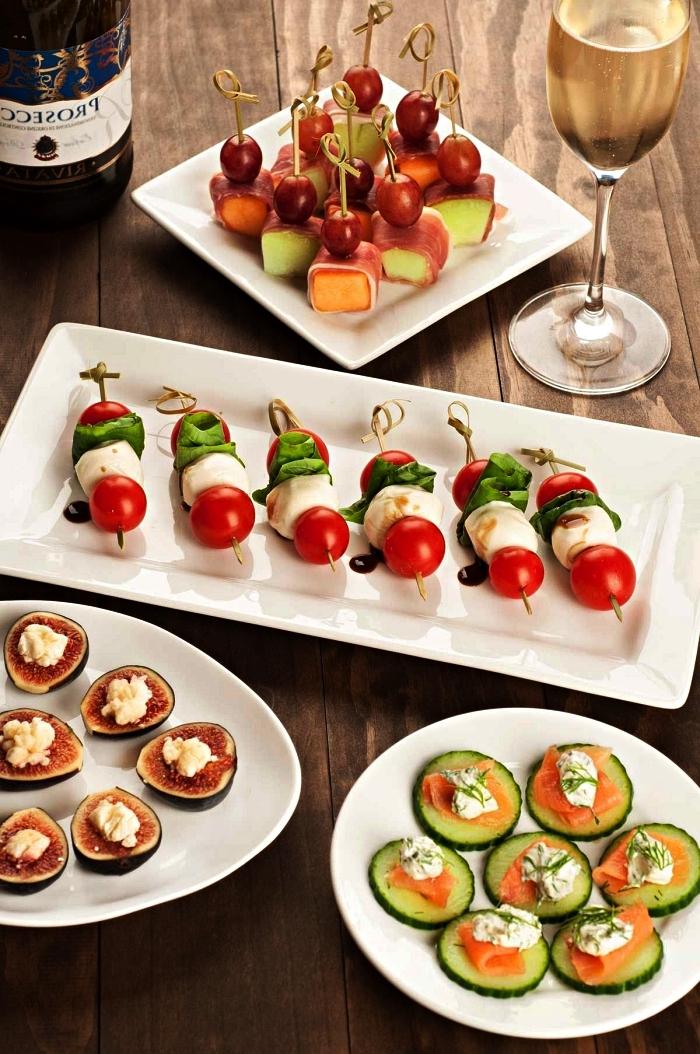 assortiment de bouchées apéritives et de brochettes pour un buffet de fête, bouchées de concombres ou de figues garnies de fromage à la crème