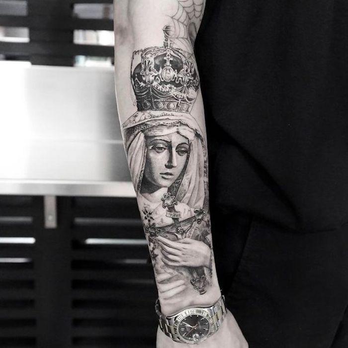 tatouage religieux avec une sainte à la couronne sur un bras, idee religion tatouage croyant