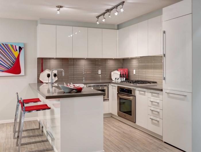agencement cuisine moderne en forme de U, déco de cuisine blanc et beige avec parquet bois, idée éclairage cuisine