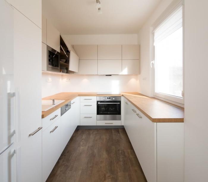 aménagement cuisine petite surface, déco de cuisine blanche et bois, modèle de meubles haut cuisine sans poignées