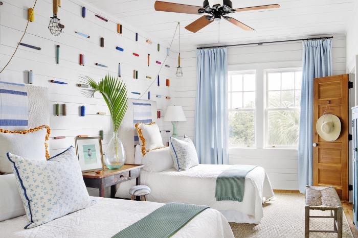 comment décorer une chambre à coucher dans l'esprit marin, modèle de pièce blanche avec objets de nuances vert et bleu