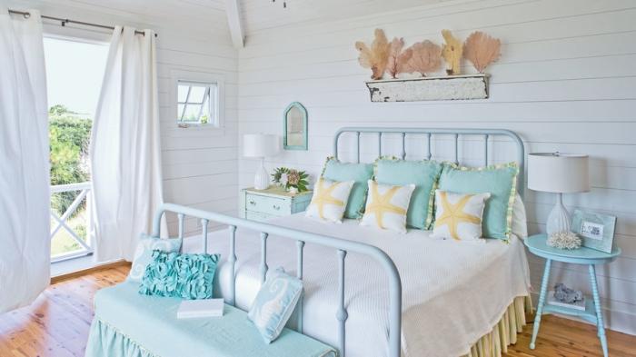 modèle de chambre à coucher esprit marine aux murs blancs avec plancher bois, exemple de decoration bord de mer pas cher