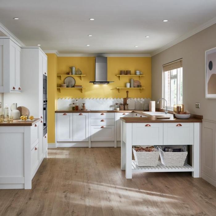 comment aménager une cuisine en forme de U avec mur en couleur jaune, modèle de cuisine équipée avec meubles en bois et blanc