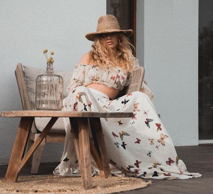 Deux pièces robe boheme chic blanche à papillons motif, robe longue été, tenue décontractée, table basse en bois, vase en verre