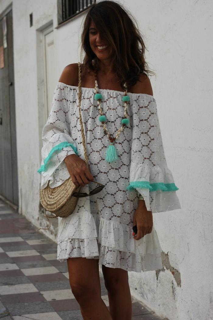 robe blanche aux éléments turquoises, sac panier, collier pompons, robe hippie chic