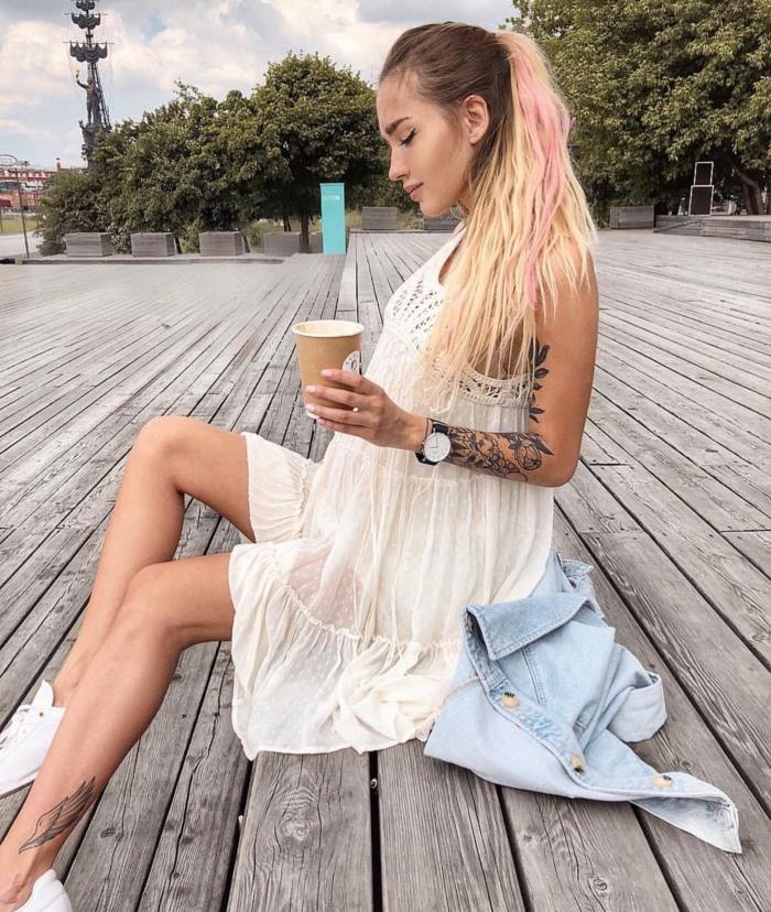 robe boho chic, tatouage bras, queue de cheval, montre stylée, mèches roses, sneakers blancs