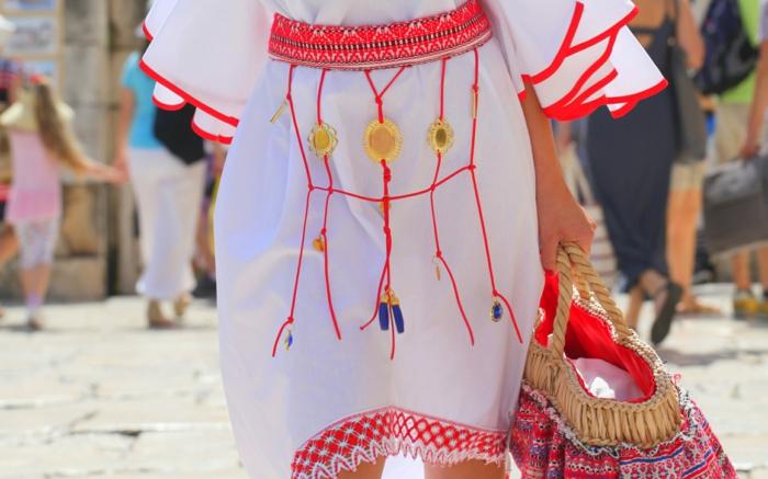 robe blanche en coton, style boho chic, sac en paille avec broderies, ceinture rouge, manches fluides