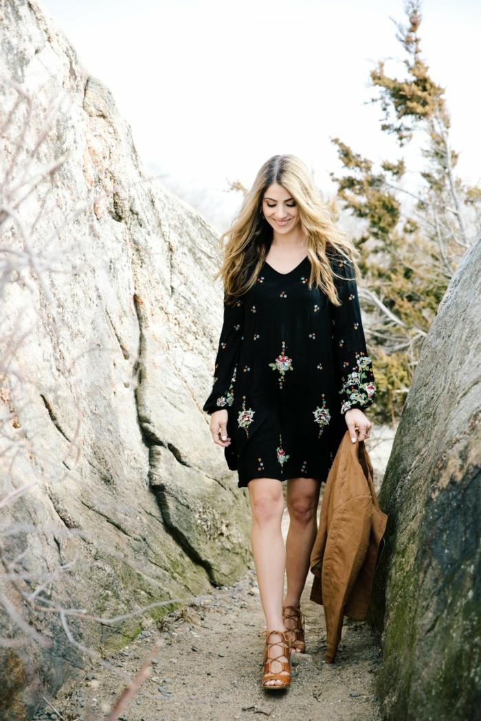 sandales marron, robe noire imprimée, veste marron, mode hippie, vetement hippie chic