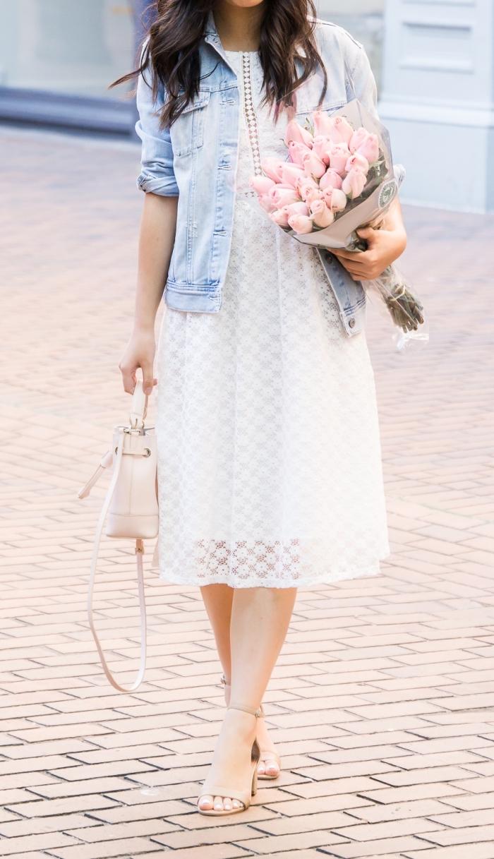 comment porter une veste en denim avec robe, exemple de robe en dentelle blanche à motifs broderie avec accessoires beige