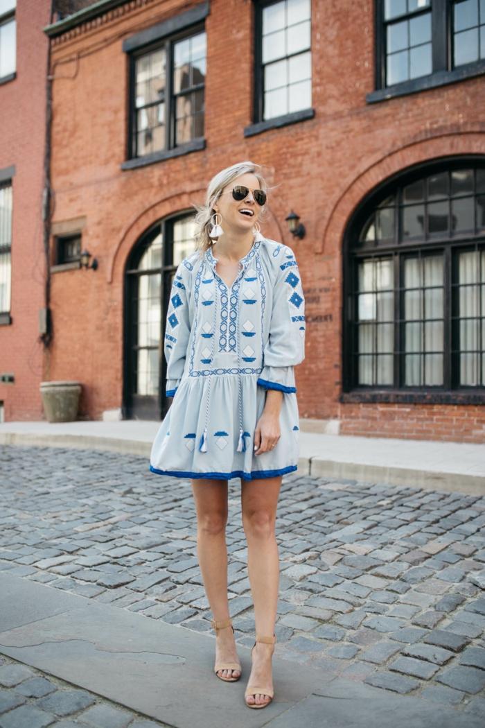 robe hippie chic, robe courte bleu pâle, robe bohème avec broderies, lunettes de soleil, cheveux blonds
