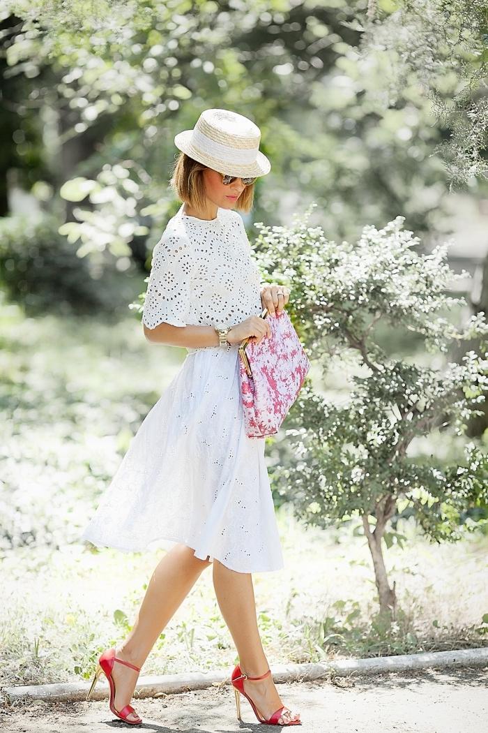 choix de robe de cocktail pour mariage chic blanche, modèle de robe longueur genoux blanche avec chaussures rouges